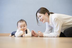 室内で、赤ちゃんと遊ぶお母さんの写真素材 [FYI04840616]
