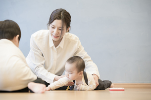 室内で、赤ちゃんと遊ぶお母さんの写真素材 [FYI04840621]