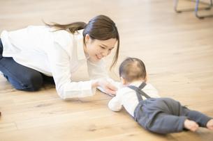 室内で、赤ちゃんと遊ぶお母さんの写真素材 [FYI04840623]