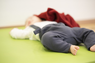 眠る赤ちゃんの写真素材 [FYI04840626]