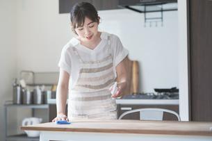 スプレーでテーブルを消毒するの写真素材 [FYI04840684]