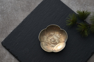 黒の石板の上の梅の形の小皿と松の写真素材 [FYI04840760]