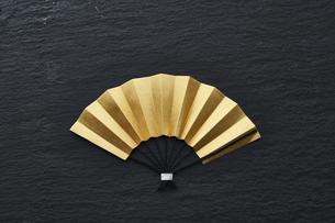 黒の石板の上の金色の扇の写真素材 [FYI04840761]