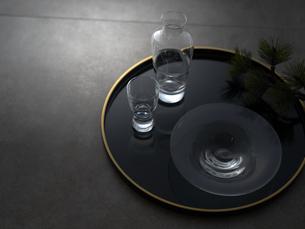 黒の丸盆に乗ったガラスの器の写真素材 [FYI04840762]