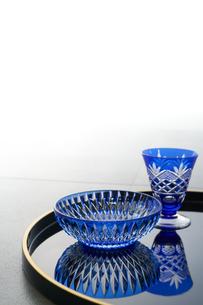 黒の丸盆に乗った切子のグラスと切子の小鉢の写真素材 [FYI04840764]