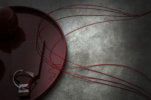 赤い丸盆に乗った羽子板型のプレートと水引きの写真素材 [FYI04840767]
