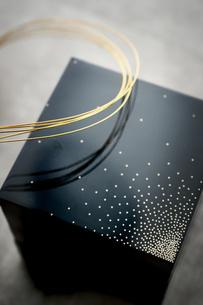 黒い重箱と金の水引の写真素材 [FYI04840775]