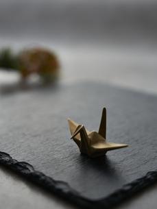 黒い石板の上の金の鶴の写真素材 [FYI04840777]