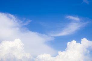 穏やかな青空と雲の写真素材 [FYI04840780]