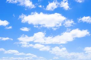 穏やかな青空と雲の写真素材 [FYI04840783]