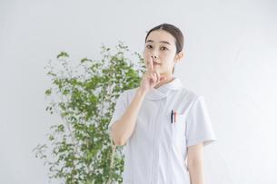 「静かに」のサインをする白衣の女性の写真素材 [FYI04841284]