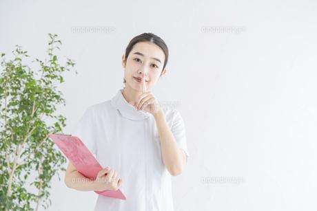 「静かに」のサインをする白衣の女性の写真素材 [FYI04841285]