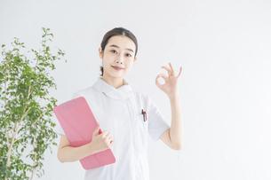 「OKサイン」をする白衣の女性の写真素材 [FYI04841288]