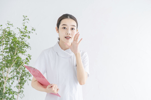 内緒話をする白衣の女性の写真素材 [FYI04841290]