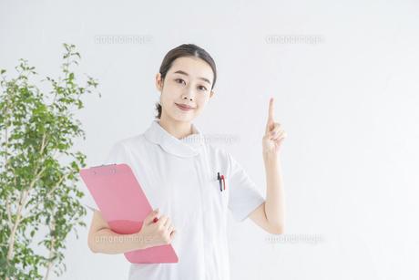 指で「1」をつくる白衣の女性の写真素材 [FYI04841299]