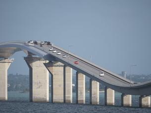 伊良部島から見た伊良部大橋の写真素材 [FYI04841358]