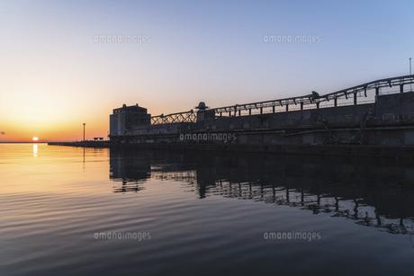 小樽港からの日の出の写真素材 [FYI04841366]