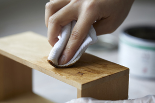手作りの棚を塗装する女性の手元の写真素材 [FYI04841378]