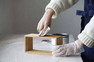 手作りの棚を塗装する女性の手元の写真素材 [FYI04841379]