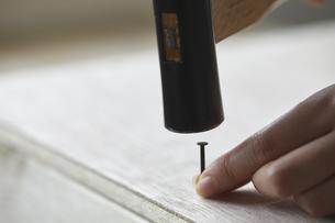 木材に釘を打つ手元の写真素材 [FYI04841383]