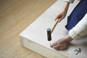 木材に釘を打つ手元の写真素材 [FYI04841385]