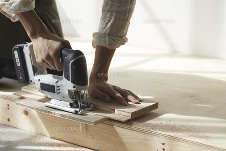 ジグゾーで木材を切る男性の手元の写真素材 [FYI04841390]