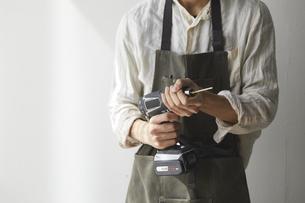 電動ドライバーをセットする男性の写真素材 [FYI04841391]
