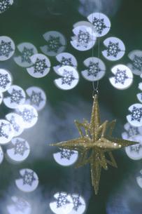 雪の結晶の球とゴールドの星のオーナメントの写真素材 [FYI04841396]