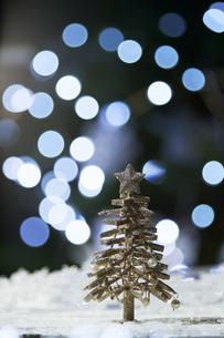 光の球とゴールとのクリスマスツリーの写真素材 [FYI04841402]