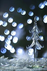 雪の結晶の光の球とクリスタルのクリスマスツリーの写真素材 [FYI04841404]