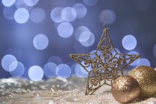 光の球とゴールドの星とゴールドの球体のオーナメントの写真素材 [FYI04841410]