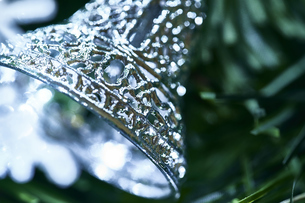 クリスマスツリーに付けられたシルバーのベルの写真素材 [FYI04841415]