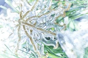 クリスタルとゴールドの雪の結晶の写真素材 [FYI04841417]