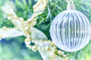 ツリーに飾られたガラスの球体オーナメントとゴールドのガーランドの写真素材 [FYI04841418]
