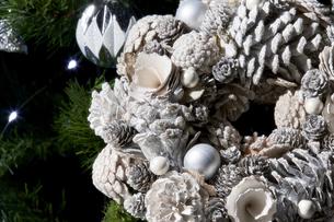 白いパーツで作られたクリスマスリースの写真素材 [FYI04841425]