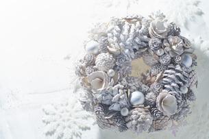 白いパーツで作られたクリスマスリースの写真素材 [FYI04841427]