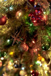 クリスマスツリーにデコレーションされたオーナメントの写真素材 [FYI04841430]