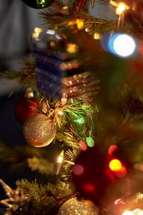 クリスマスツリーにデコレーションされたオーナメントの写真素材 [FYI04841431]