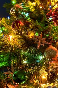 クリスマスツリーにデコレーションされたオーナメントの写真素材 [FYI04841433]