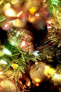 クリスマスツリーにデコレーションされたオーナメントの写真素材 [FYI04841434]