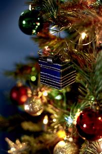 クリスマスツリーにデコレーションされたオーナメントの写真素材 [FYI04841435]