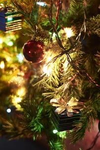 クリスマスツリーにデコレーションされたオーナメントの写真素材 [FYI04841436]