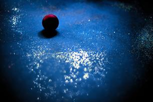 散りばめられたラメと深紅の球の写真素材 [FYI04841437]