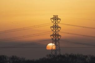 鉄塔と朝日の写真素材 [FYI04841551]