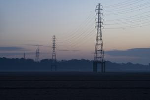 鉄塔と朝焼け空の写真素材 [FYI04841554]