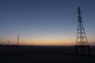 鉄塔と朝焼け空の写真素材 [FYI04841559]