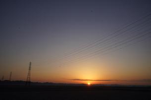 送電線と朝日の写真素材 [FYI04841565]