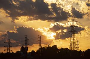 鉄塔群と太陽の写真素材 [FYI04841586]