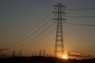 鉄塔群と夕日の写真素材 [FYI04841590]