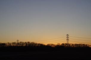 鉄塔と朝日の写真素材 [FYI04841595]